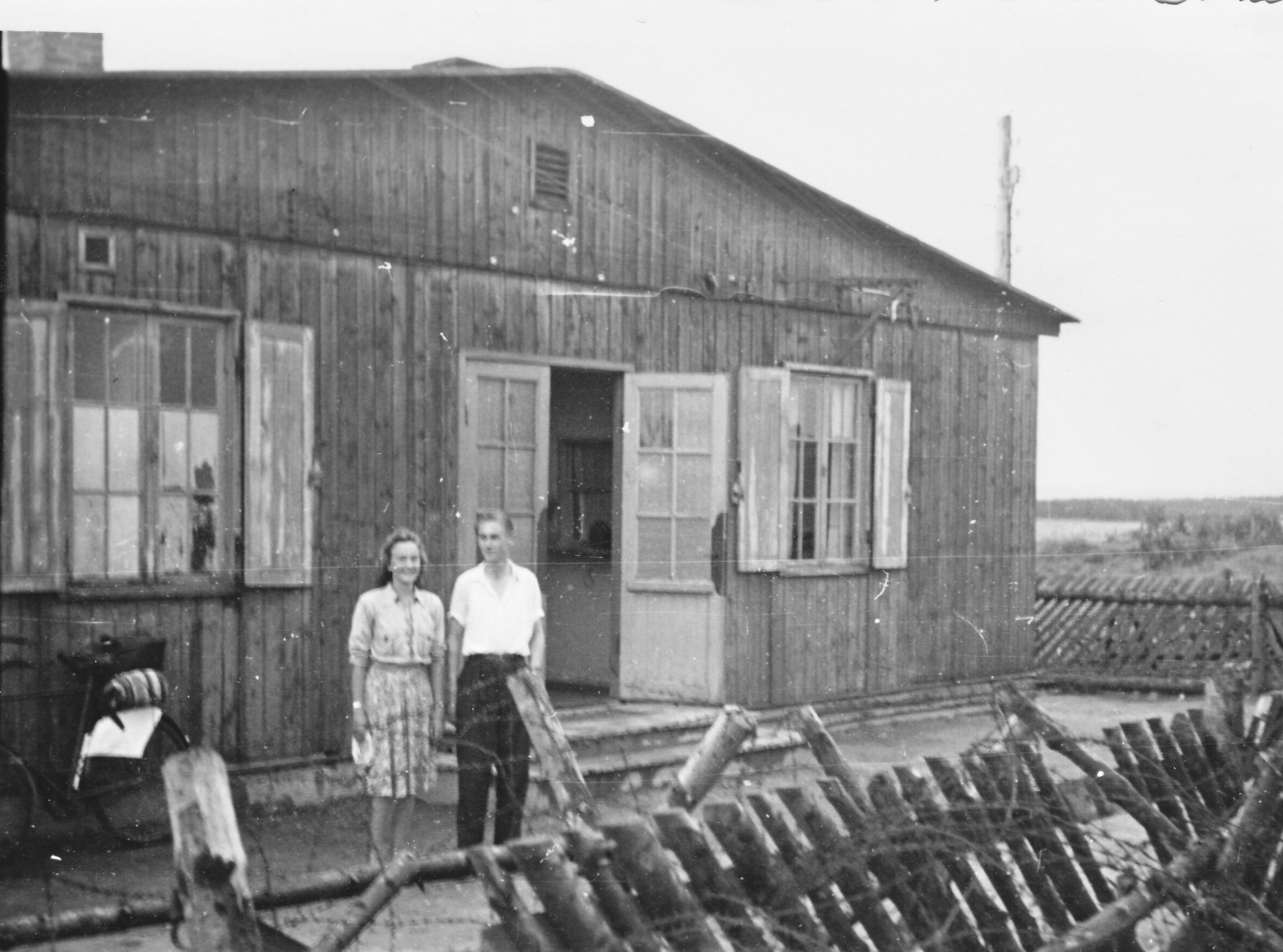 Nyskov og Bodil uden for flygtninglejeren i tirstrup juli 1945